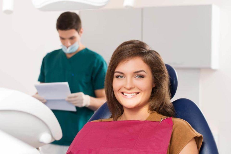 Piaskowanie zębów – co to jest i na czym polega?