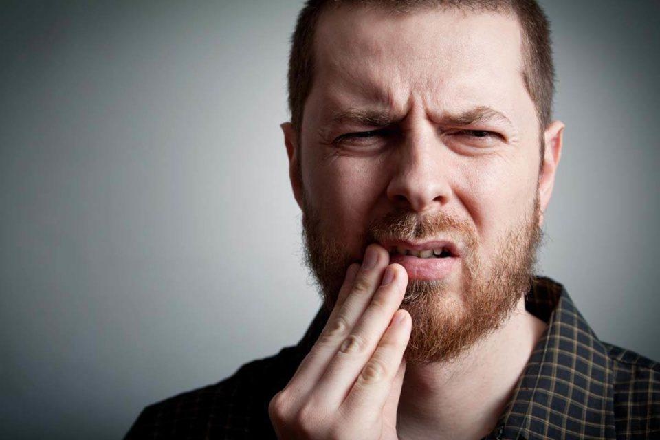 Złamany ząb – co robić gdy ukruszy, złamie lub pęknie nam ząb